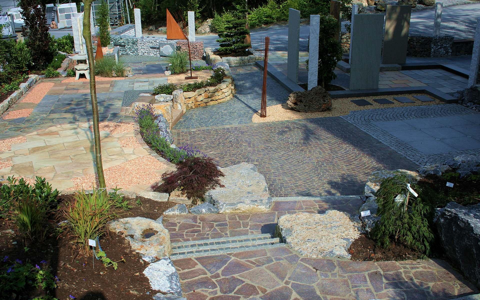Eigene Gartenausstellung mit Terrassen und Trockenmauern