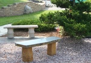 Gartenbänke aus Naturstein
