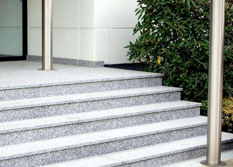 Außentreppe mit Überstand aus grauem Granit