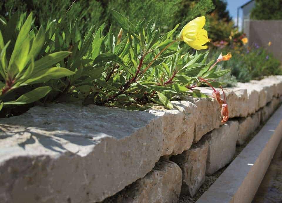 Natursteinmauer aus Kalkstein Mauersteinen.