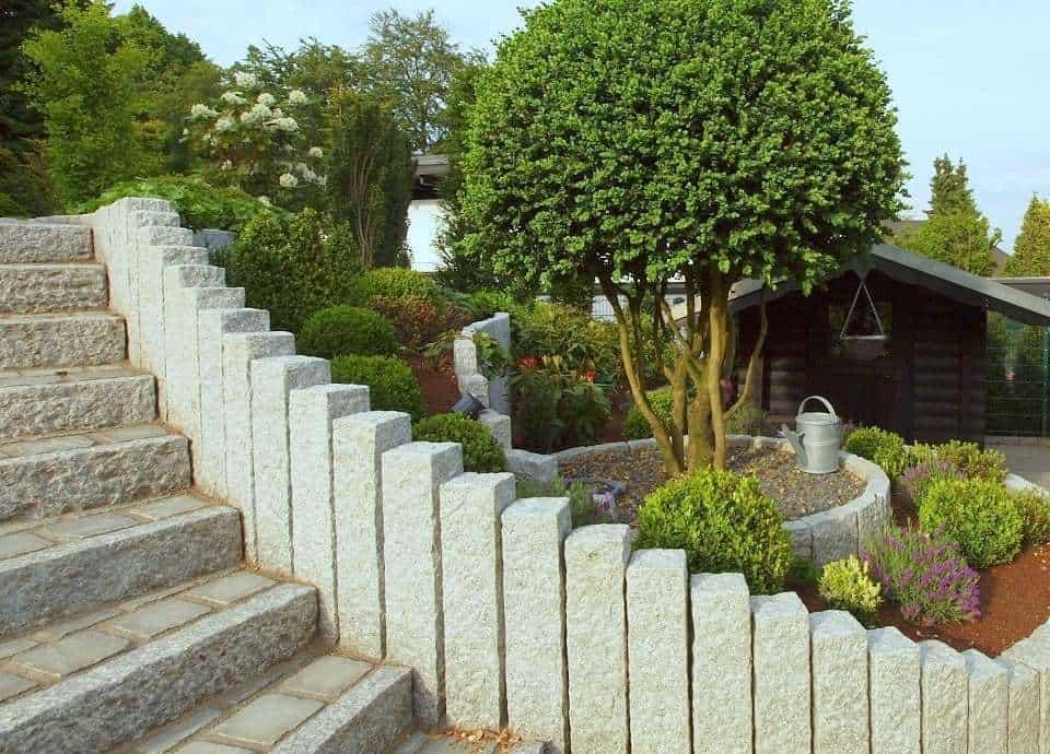 Palisaden und Randsteine aus Granit.