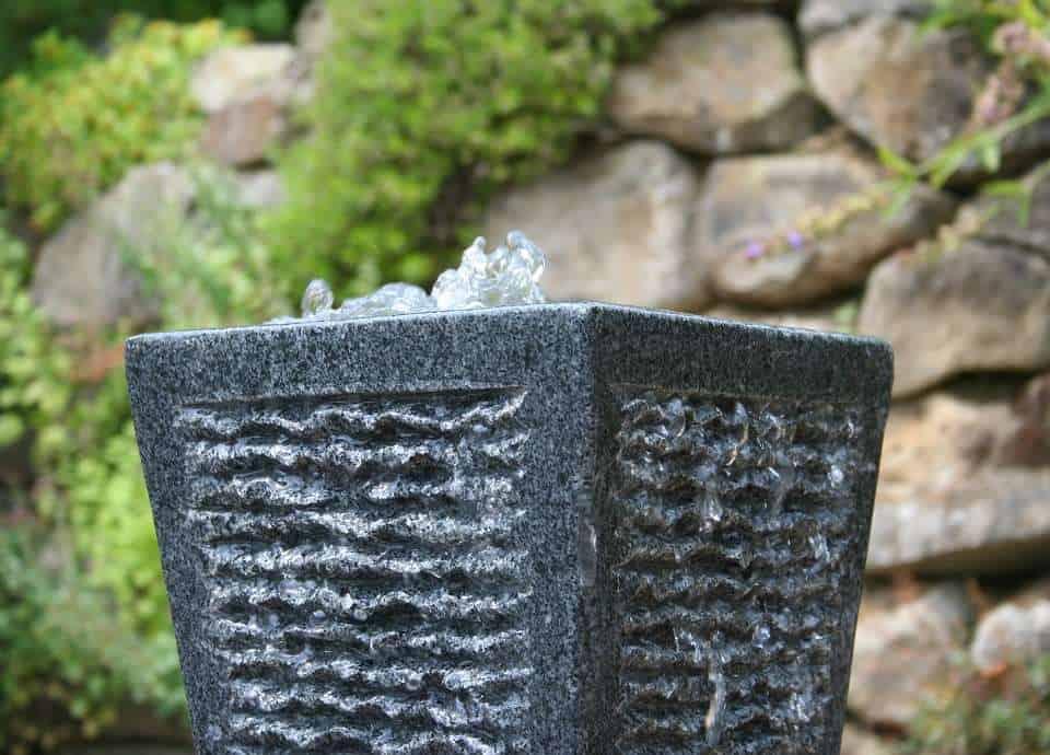 Gartenbrunnen aus Granit und Quellsteine aus Naturstein.