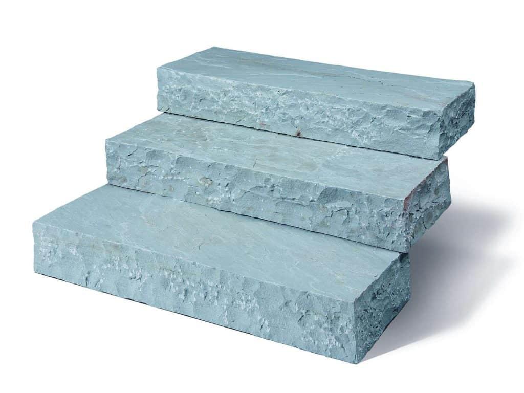 Blockstufen Sandstein Focus aus indischem Focus Sandstein. Die handgearbeiteten Natursteinstufen sind absolut haltbar und pflegeleicht.