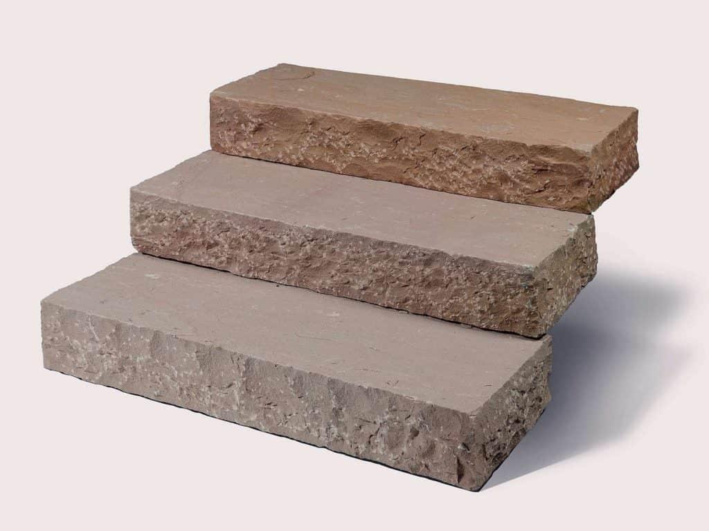 Blockstufe Toskana Sandstein mit gespaltener Oberfläche in hochwertigem Toskana Sandstein/Quarzit. Die Sandsteinblockstufen sind absolut robust und pflegeleicht.