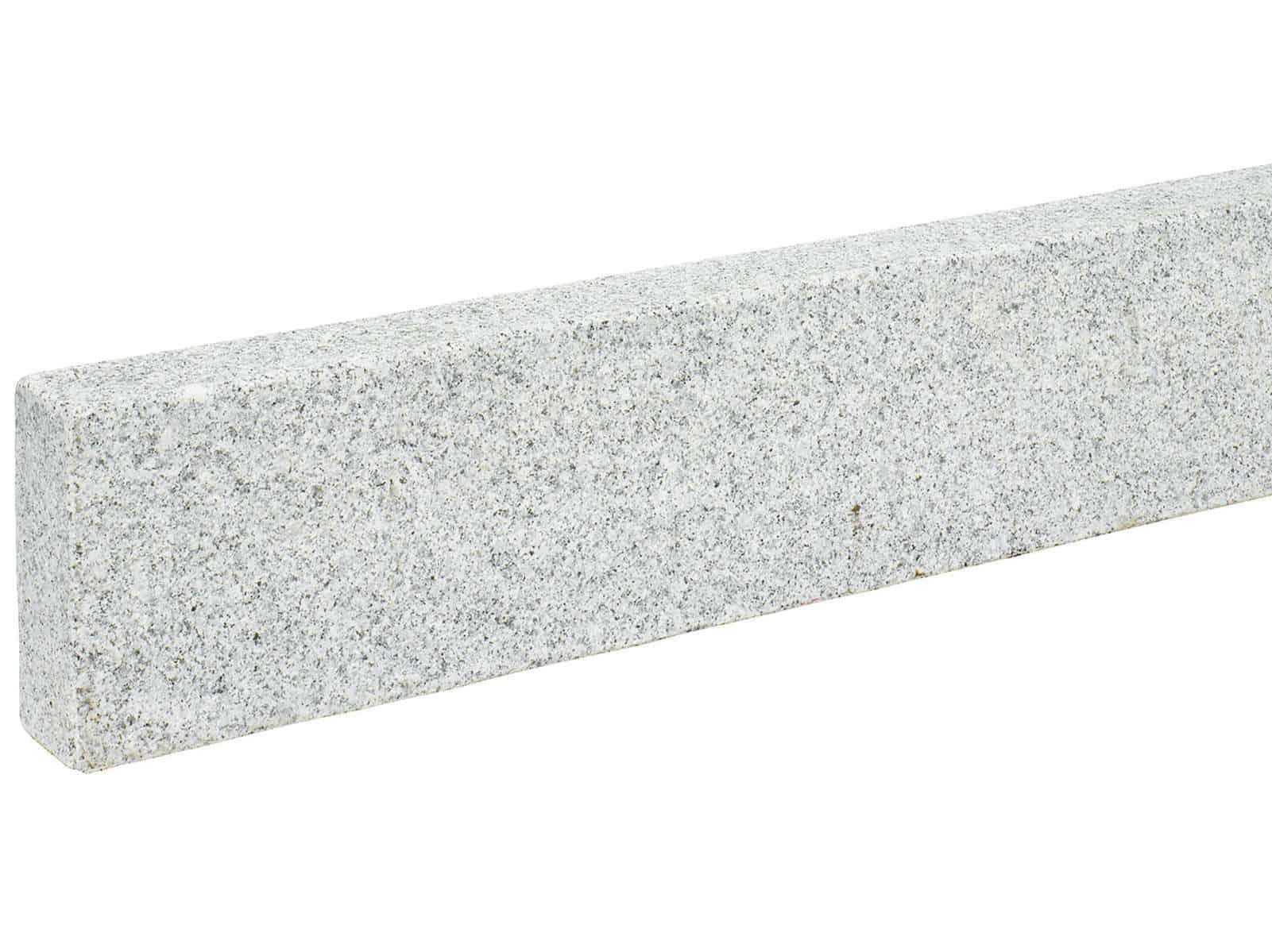 Randsteine aus grauem Granit . gesägt und geflammt