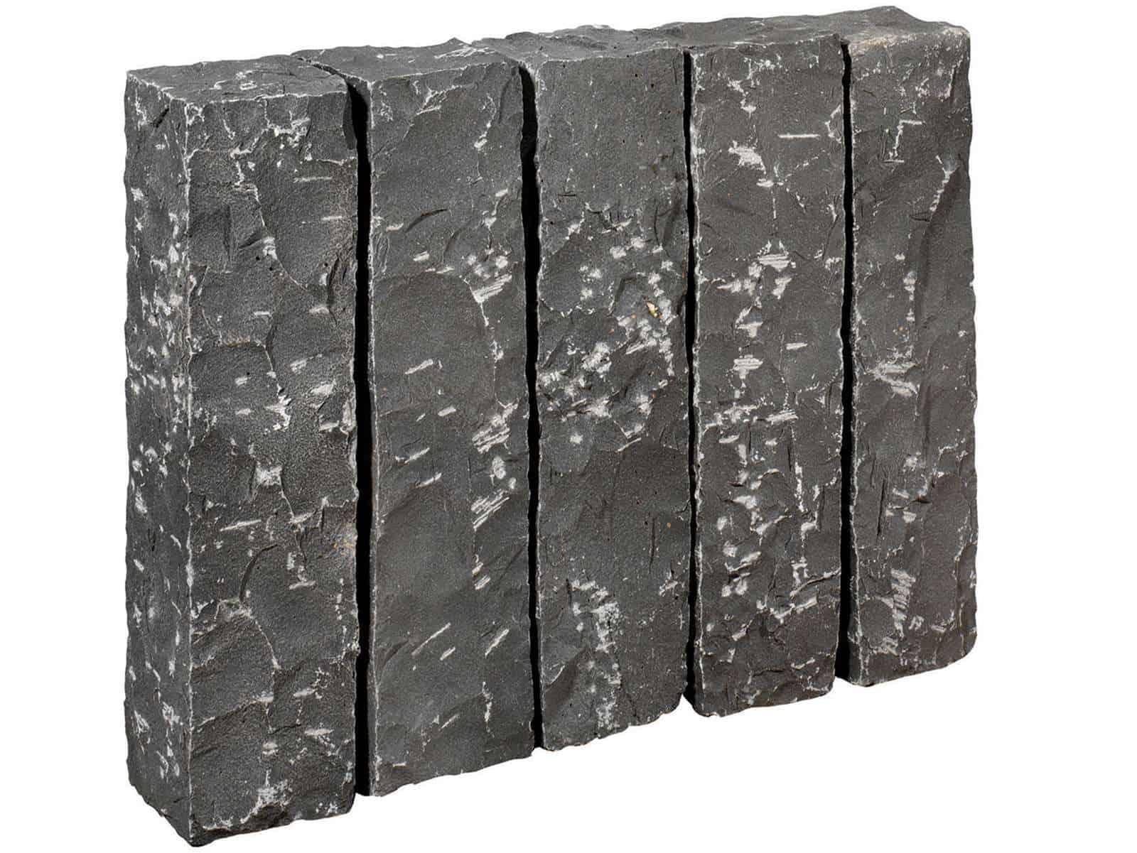 Palisade aus veitnamesischen Basalt. Die grob gestockten/gespitzten Basaltpalisaden sind handgearbeitet und dennoch relativ maflhaltig.