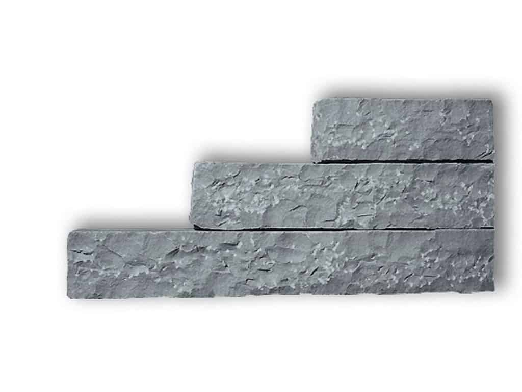 Palisade aus grauem Focus Sandstein. Die gespaltenen/gespitzten Sandsteinpalisaden sind handgearbeitet und dennoch relativ maflhaltig.