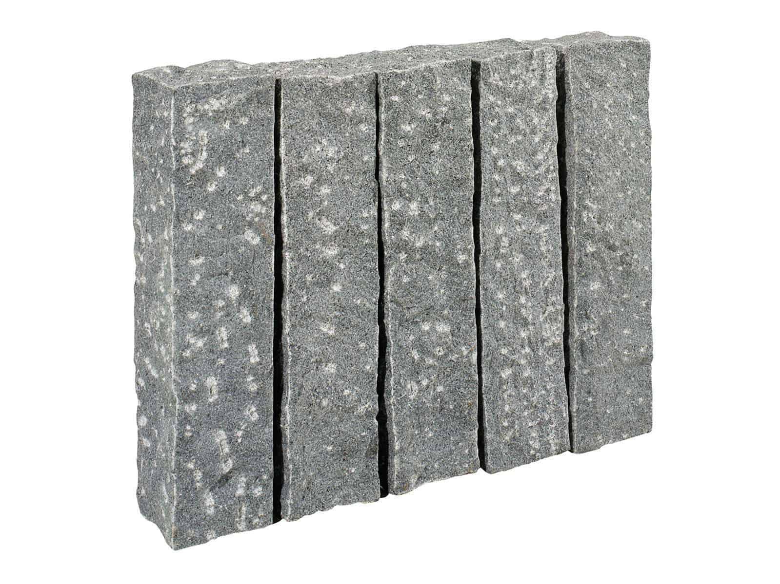 Palisade Granit Kristall anthrazit . Die grob gestockten/gespitzten Granitpalisaden sind handgearbeitet und dennoch relativ maflhaltig.