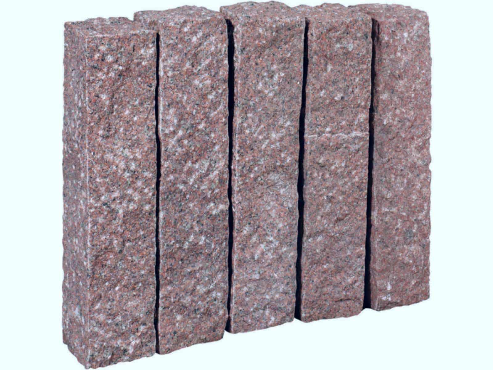 Palisade aus Granit Zora. Die grob gestockten/gespitzten Granitpalisaden sind handgearbeitet und dennoch relativ maflhaltig.