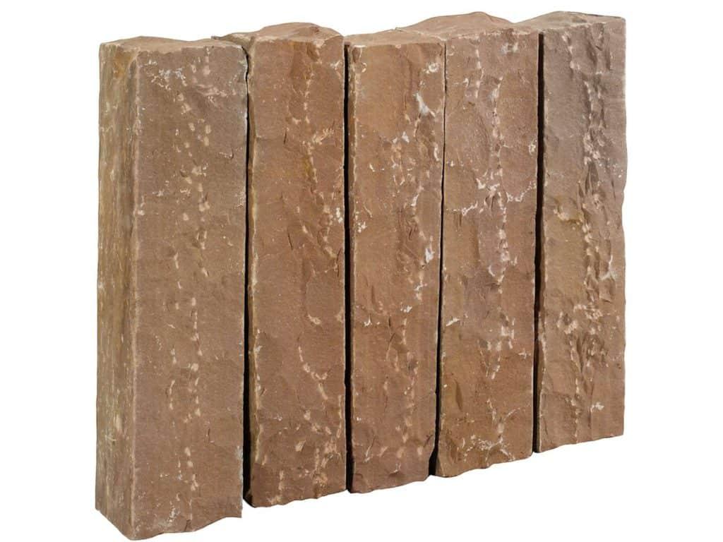 Palisade aus Toskana Sandstein. Die gespaltenen/gespitzten Sandsteinpalisaden sind handgearbeitet und dennoch relativ maflhaltig.