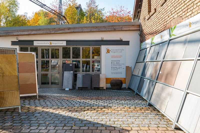 Büro und Musterausstellung von Natursteinbrüche Bergisch Land. Das Büro befindet sich in einem historischen Lockschuppen.