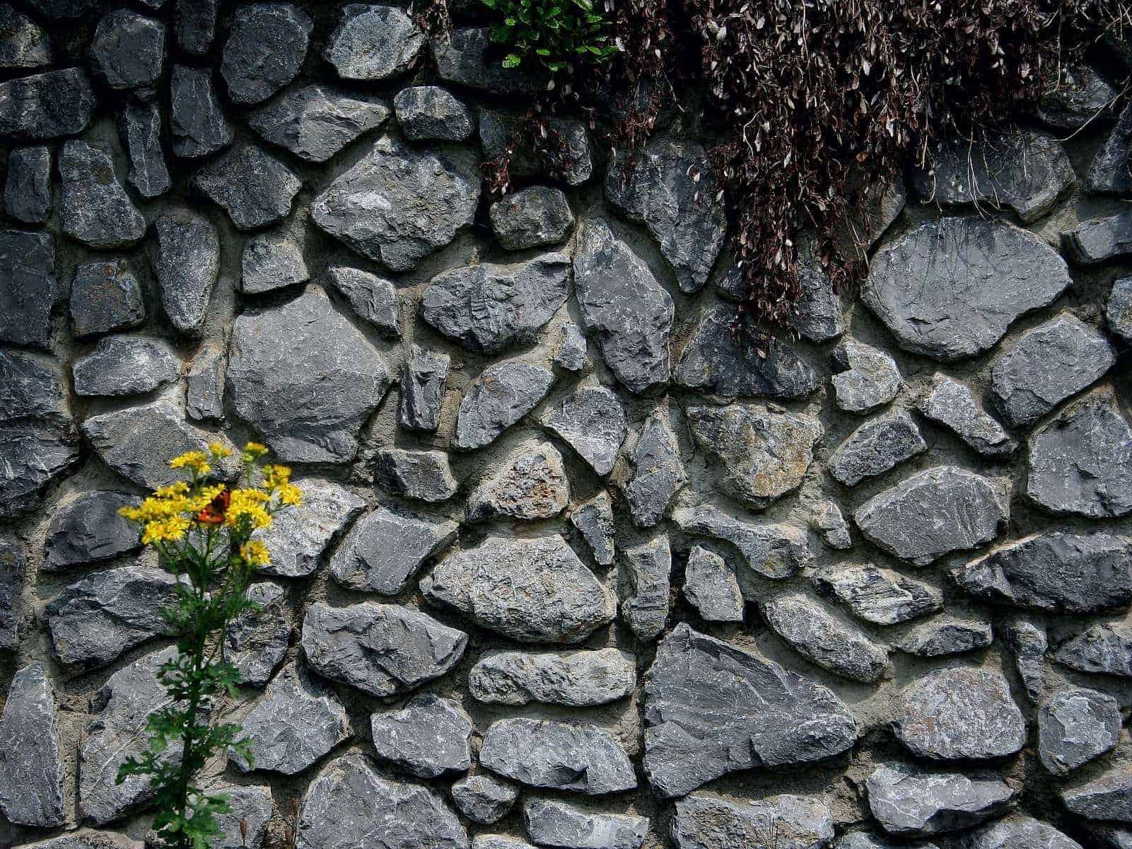 Natursteinmauer aus Kalkfels