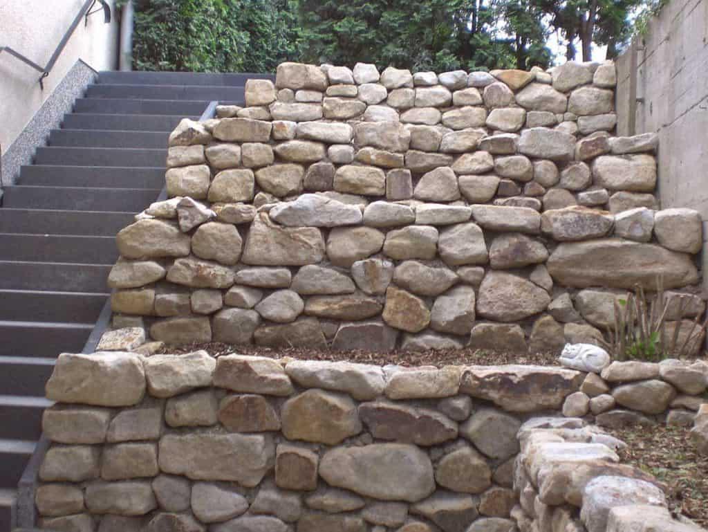 Trockenmauer aus Sandstein