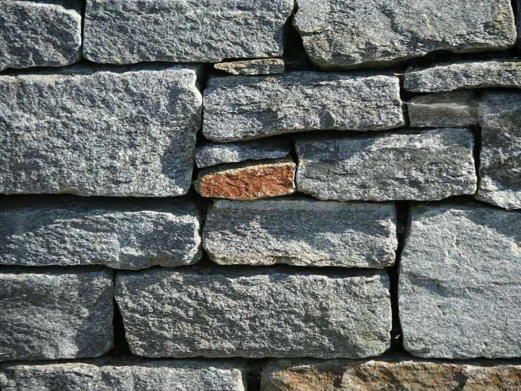 Natursteinmauer Eifel Gneis Schichtmauerwerk