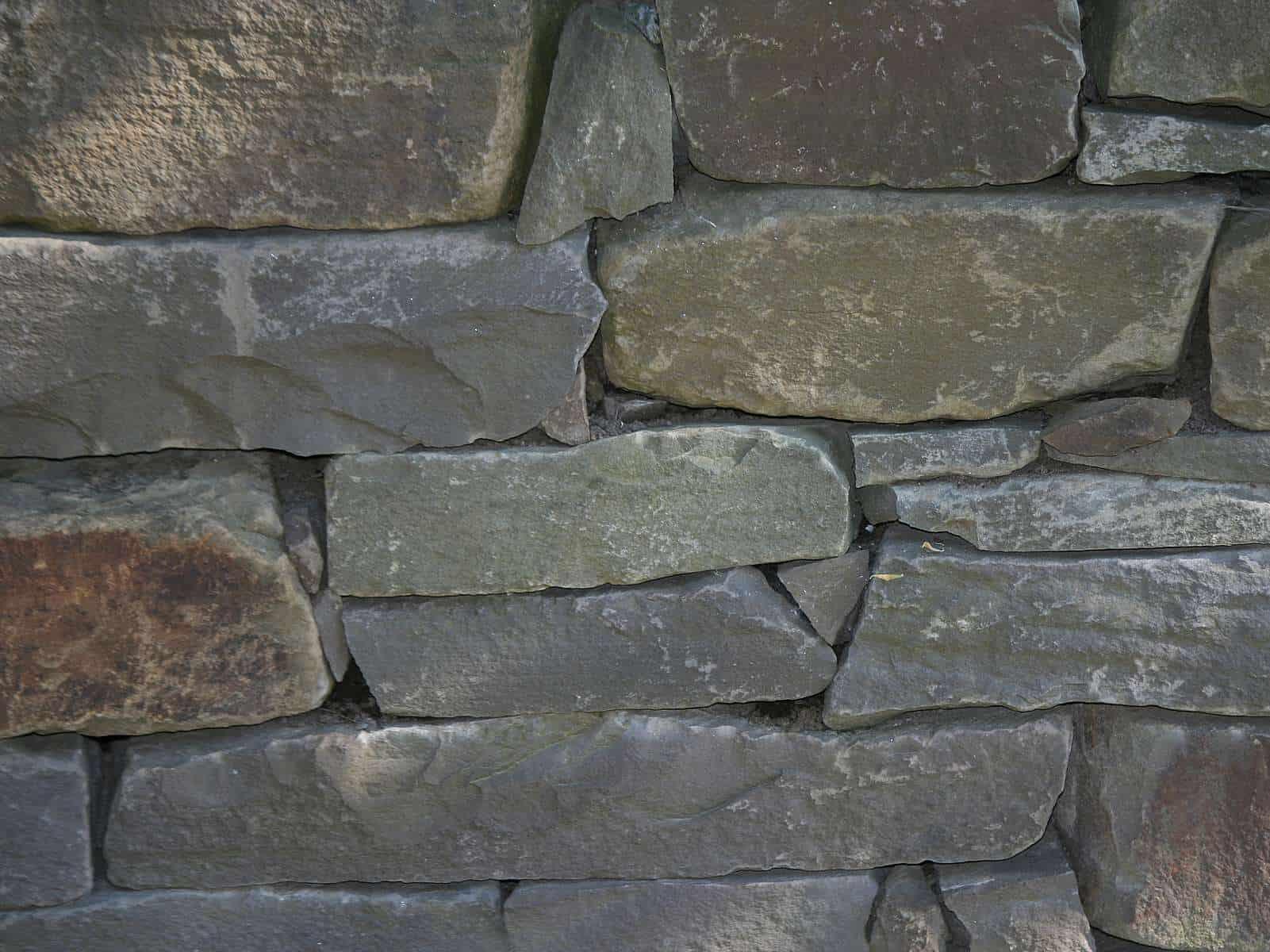 Natursteinmauer Grauwacke Schichtmauer