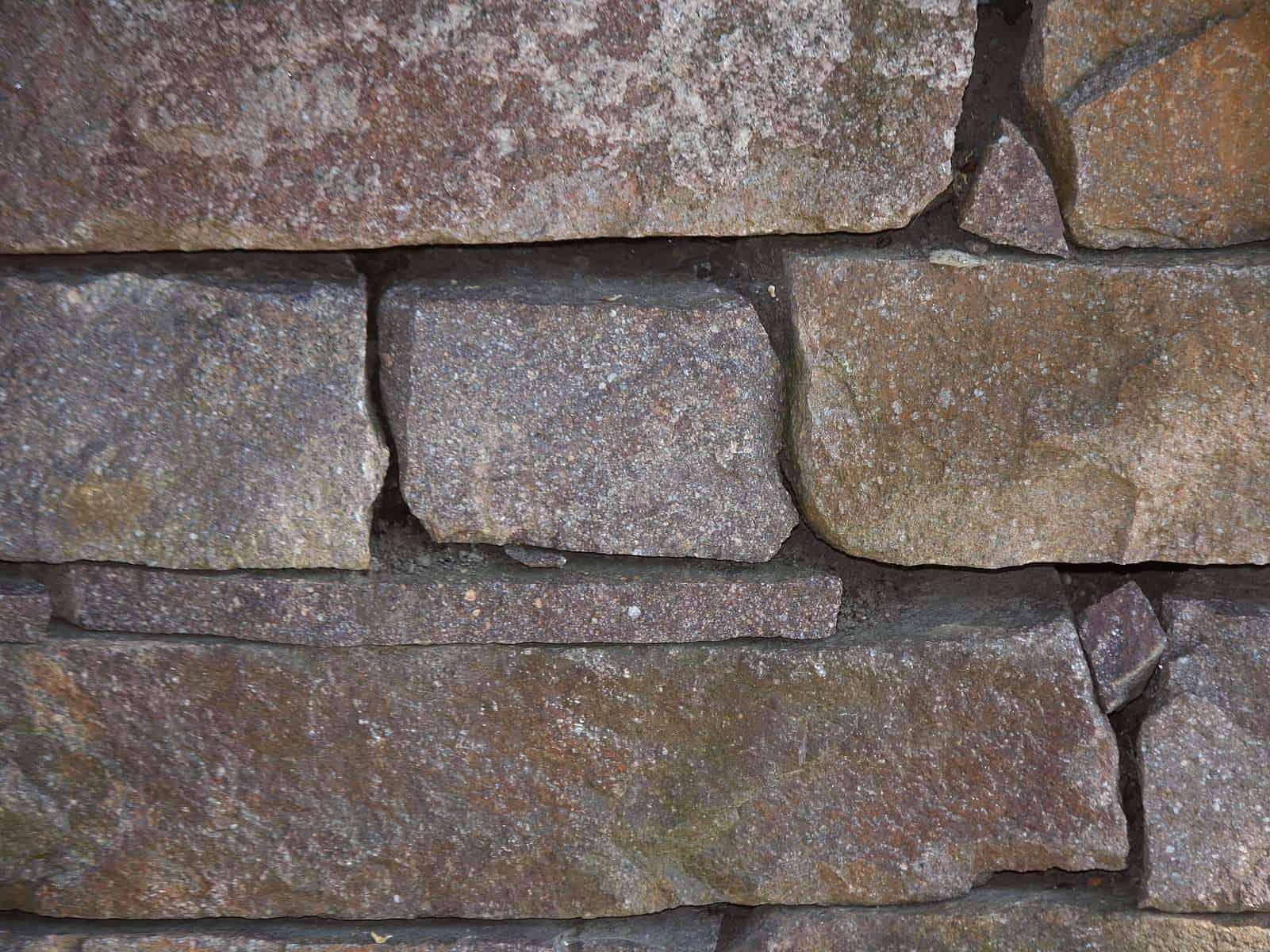 Natursteinmauer Porphyr Schichtmauerwerk