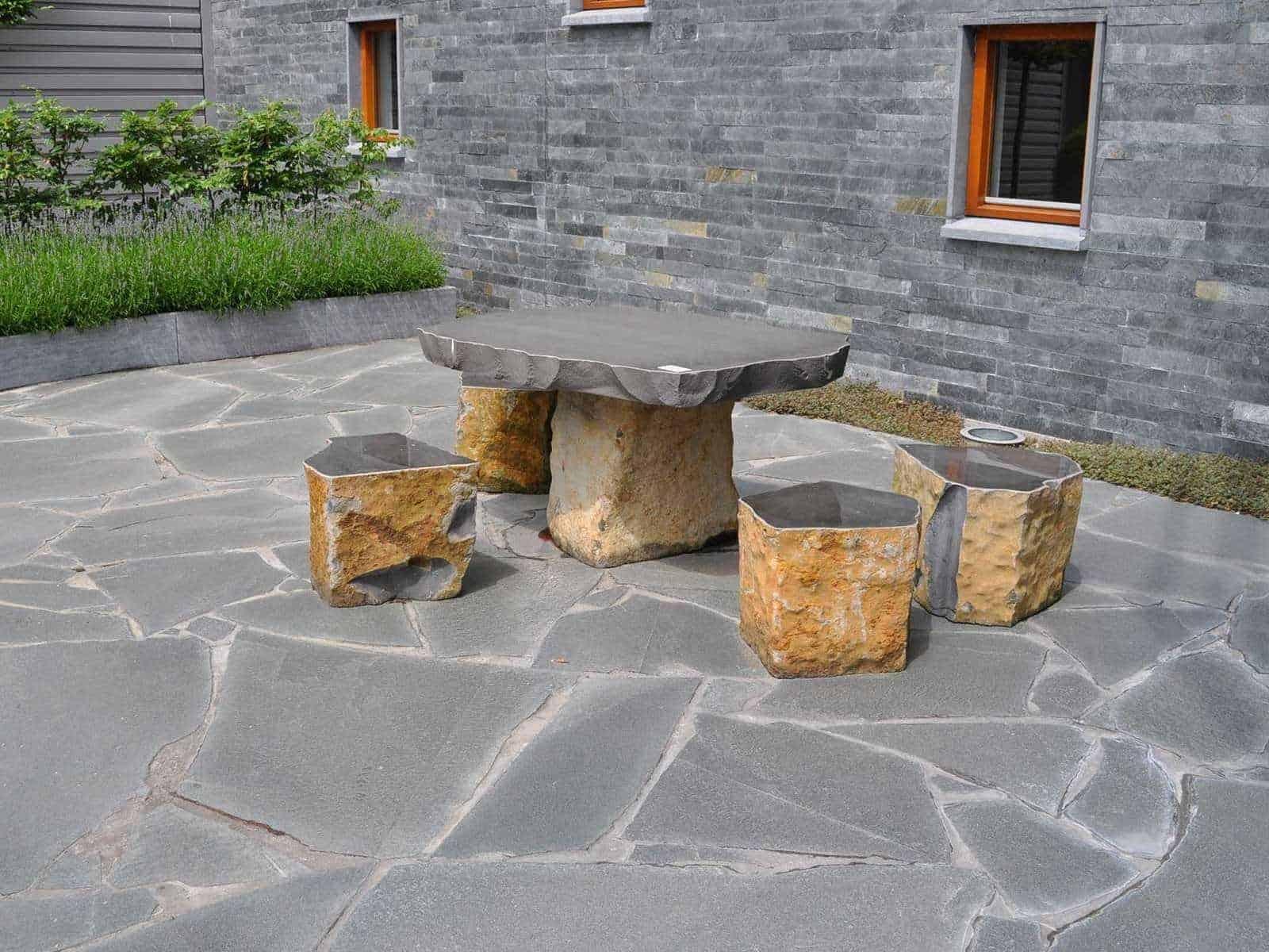 Terrassengestaltung mit Bruchsteinplatten Alta Quarzit - Natursteinmöbel