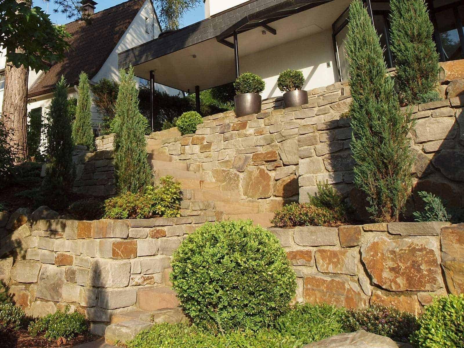 Terrassengestaltung mit Ruhrsandstein - Anwendungsbeispiel als Stützmauer