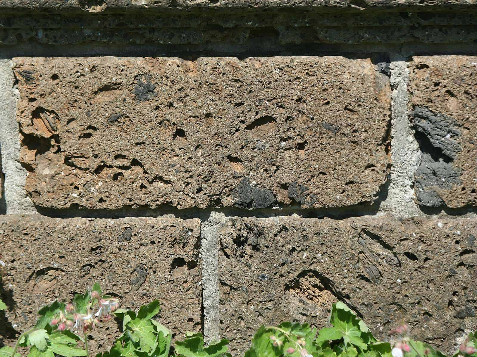 Steinmauer Tuff gesägt