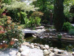 Gartenanlage mit Wasser im asiatischen Stil