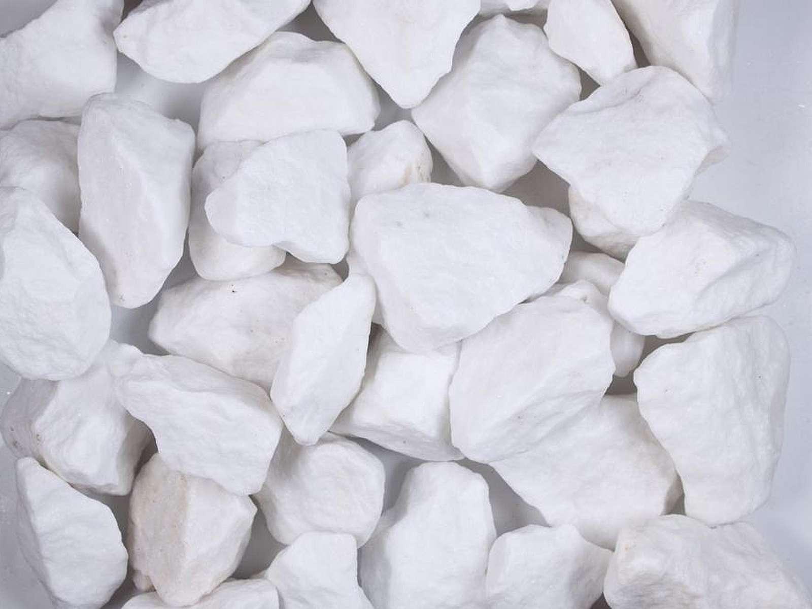 Gabionenstein aus weißem Madagascar Marmor. Helle Farbe und gleichmäßiger Bruch sind seine Vorteile.