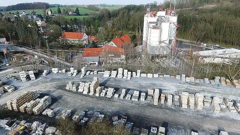 Luftbild von einem Teil des unteren Natursteinlagers. Hier werden größtenteils technische Materialien gelagert.