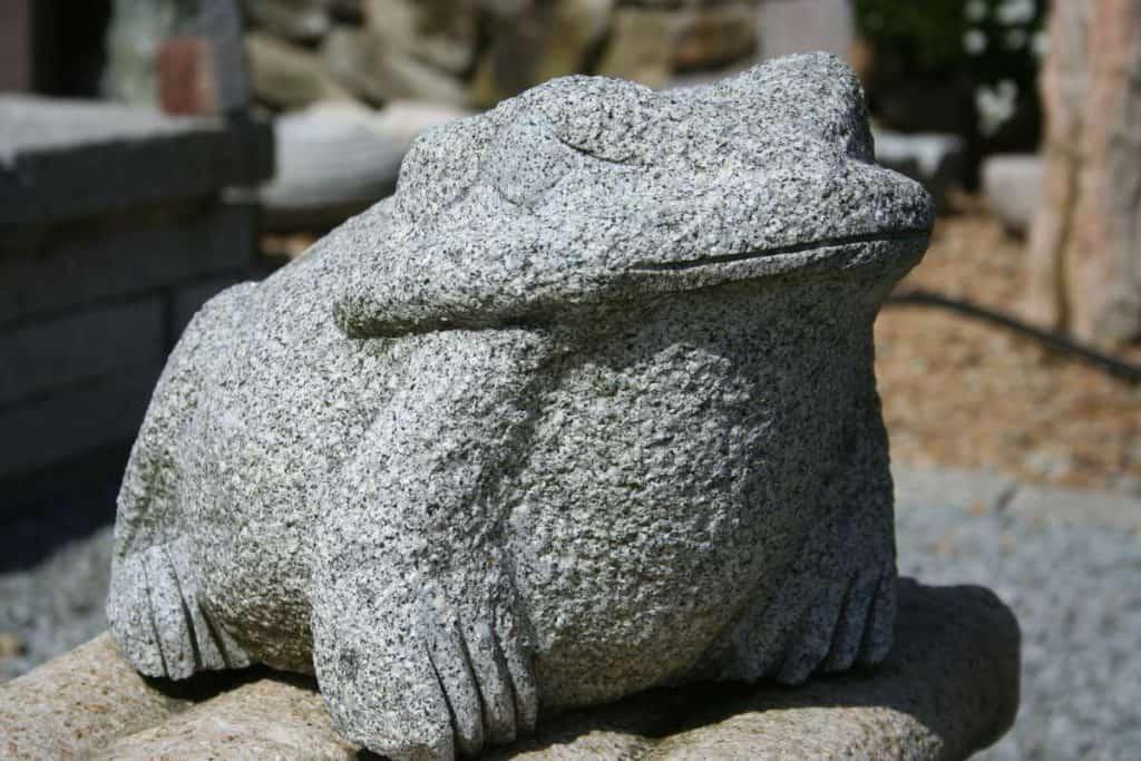 Frosch aus grauem Granit
