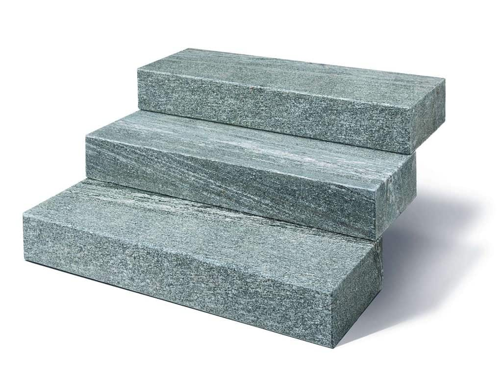 Blockstufe Taifun Silver mit gesägt/geflammter Oberfläche in hochwertigem Taifun Silver Gneis. Die Granitblockstufen sind absolut robust und pflegeleicht.