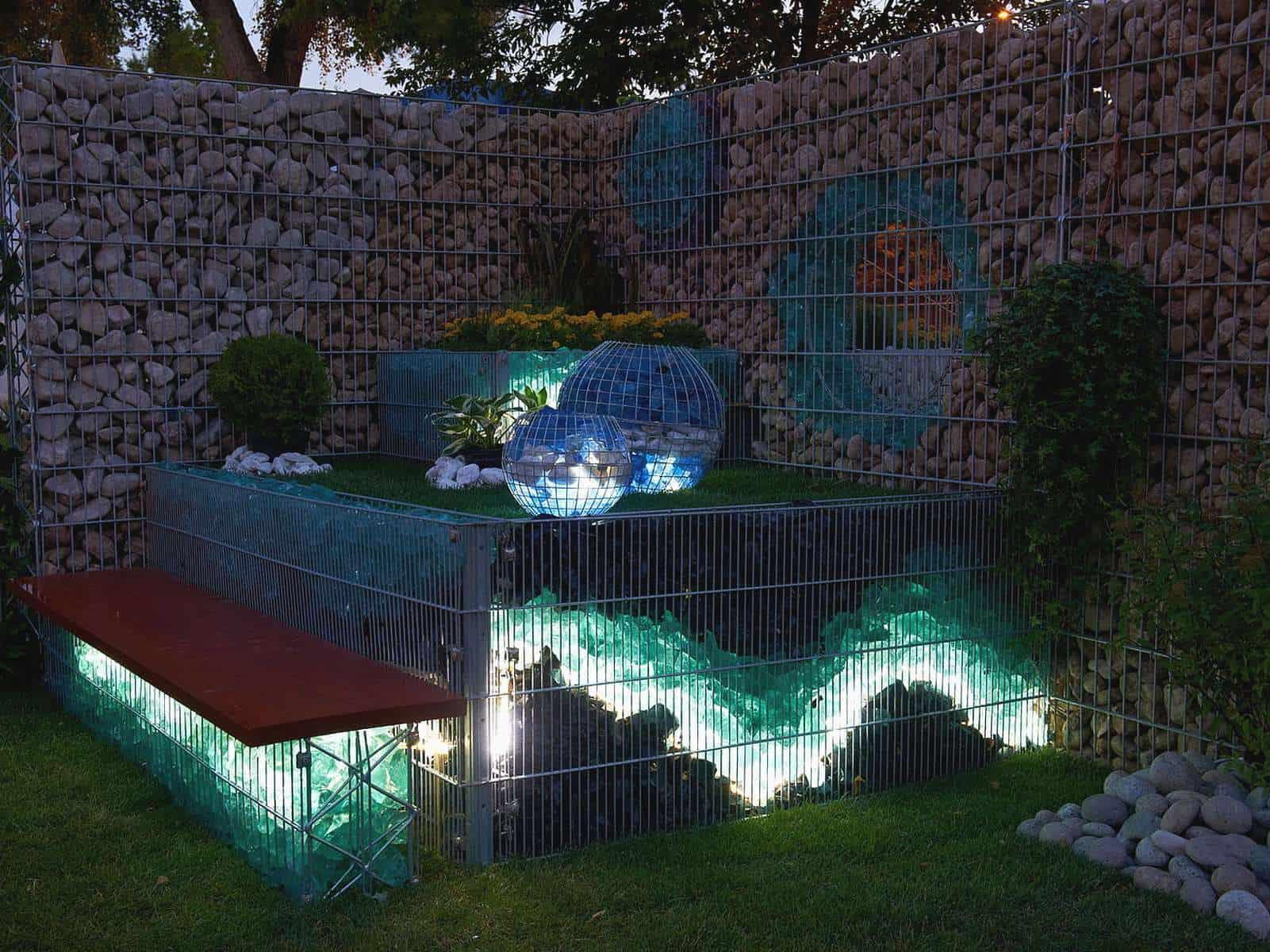 Showanlage für Steinzäune mit Glasbefüllung und LED-Beleuchtung. Der Effekt wird durch die Befüllung mit Glasbrocken ermöglicht.